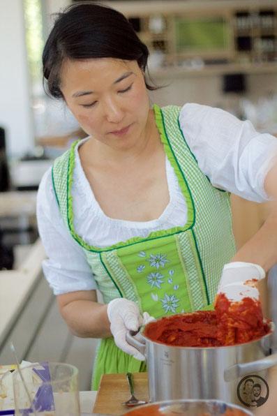 Fräulein Kimchi bereitet Kimchi-Paste vor