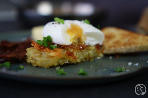 image 0 6 0 | Ihr wisst ja, dass wir schon immer echte Frühstückfans sind. Dabei darf es gerne auch einmal britisches oder amerikanisches Frühstück sein. Pancakes, Ham und Baked Beans sind da ein gern gesehener Gast auf unserem Teller. Und manchmal gehört da auch etwas leckeres aus Kartoffel dazu …
