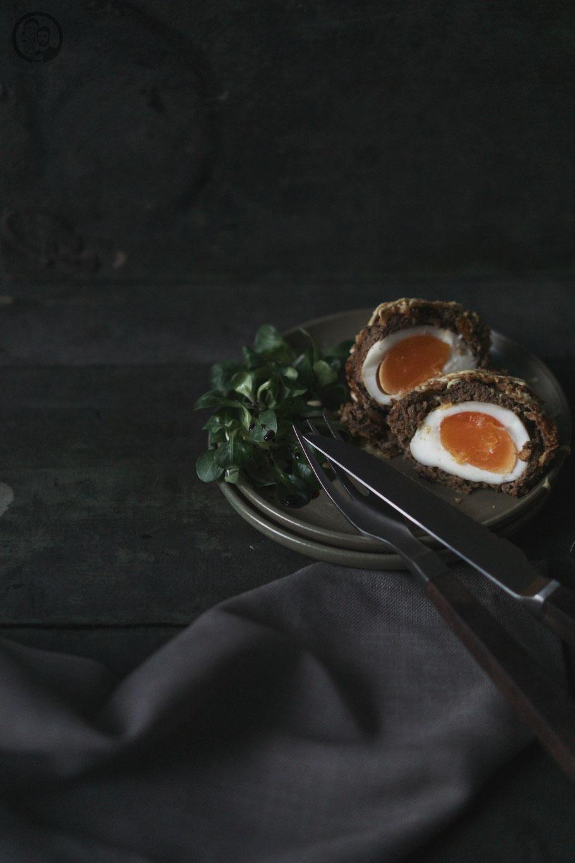 image 0 6 8 | Ihr kennt das bestimmt auch, dass ihr Gerichte, die ihr gerne mal zubereiten wollt, immer wieder auf Seite schiebt, weil ihr glaubt, dass sie zu aufwendig oder zu schwierig sind. Und wenn man sich dann doch einmal daran begibt, merkt ihr, dass es doch ganz einfach ist.So ging es uns auch mit Scotch Eggs. Wir haben sie schon seit Ewigkeiten auf unserer ToDo Liste und haben uns nie daran gewagt.