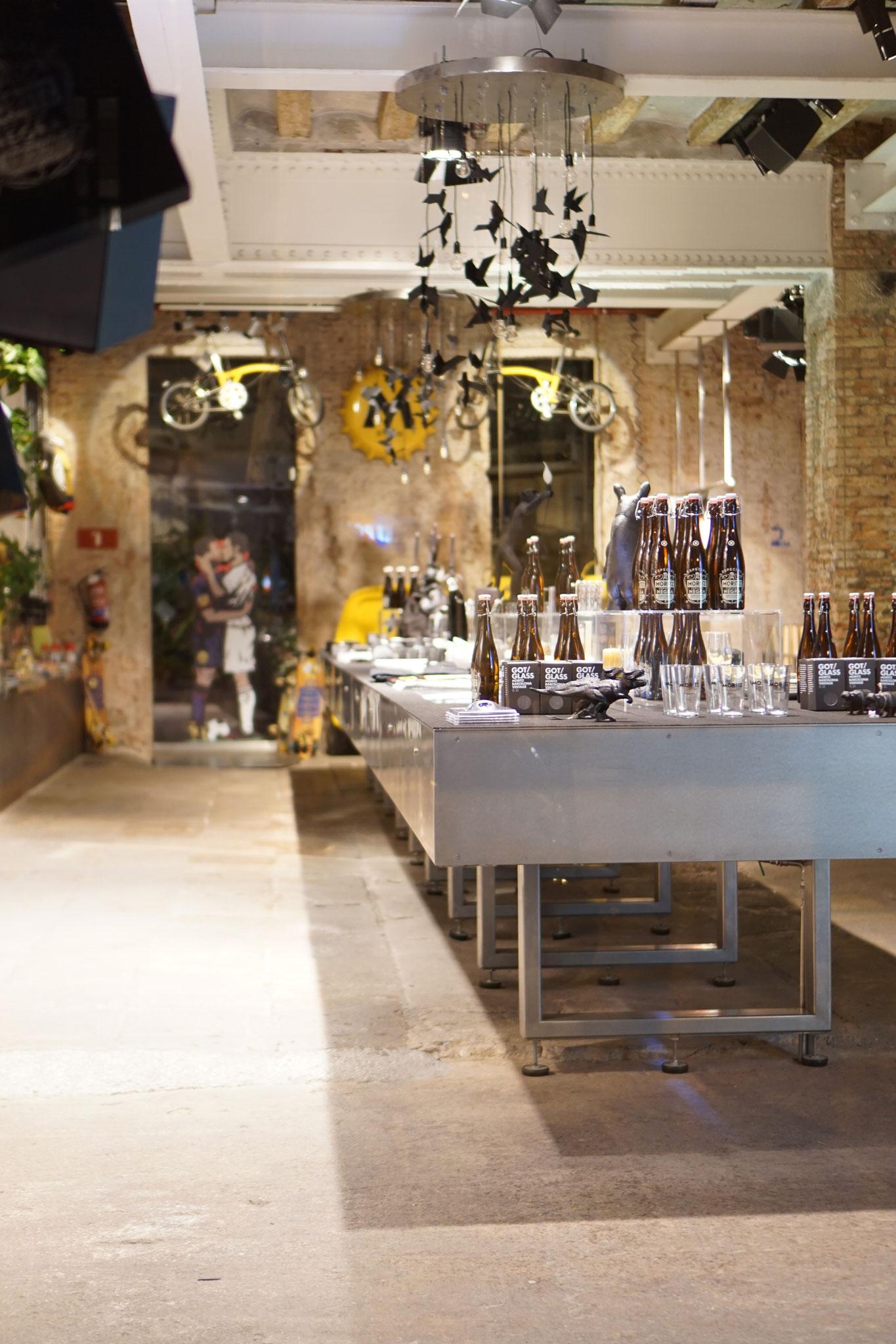 image 0 7 0 0 | Barcelona ist unsere absolute Lieblingsstadt und wir versuchen mindestensalle 2 Jahre dorthin zu reisen. Nicht nur, dass die spanische Großstadt unglaublich vielseitig ist, auch kulinarisch weiß sie voll und ganz zu überzeugen. Denn auch hier zeigt sich die Wandelbarkeit der Stadt, die sowohl einen wunderschönen Strand aber auch ein urbanes, pulsierendes Stadtleben zu bieten hat. Daher wurde es höchste Zeit, dass wir euch unsere Lieblingsrestaurants in Barcelona vorstellen, denn hier gibt es definitiv nicht nur Tapas (auch wenn Tapas grandios sind).