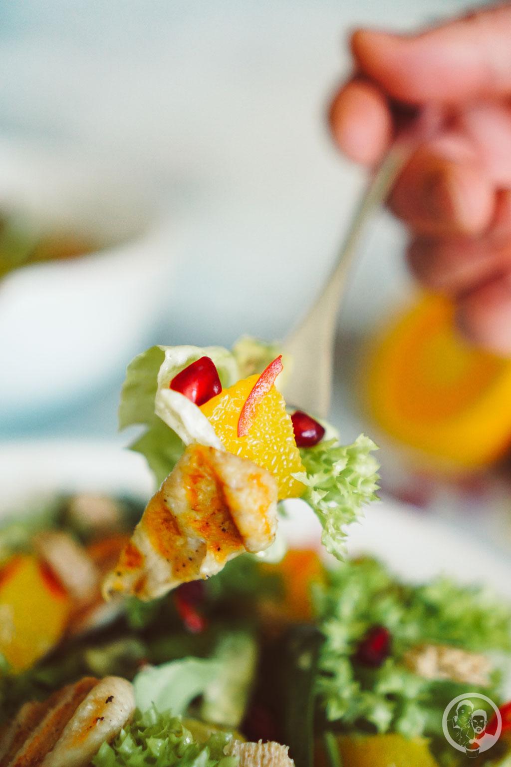 image 1 2 0 3 | Nachdem wir euch letzte Woche dasRezept fürunsere leckeren Kokosecken vorgestellt haben, die wir auch jetzt gerne nochmal auf dem Teller liegen haben würden, stellen wir euch heute wieder ein herzhaftes Rezept vor. Allerdings stimmt das nicht ganz, denn wie der Name schon sagt, ist ein Salat mit Orangendressing nicht wirklich nur herzhaft.
