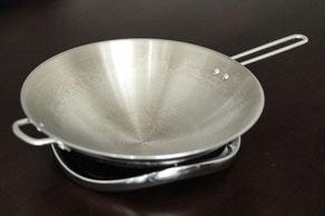 Das Kochen mit dem Wok ist in Asien eine sehr populäre Art, Speisen zuzubereiten.Viele Menschen besitzen hierzulande zwar einen Wok, jedoch lassen sich diese aufgrund ihres abgerundeten Bodens nur schlecht auf Induktionskochfeldern nutzen.