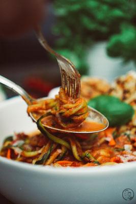 image 1 6 8 8 | Mit den Vorsätzen ist es ja immer so eine Sache. Man fasst sie, dann sind sie schnell wieder verworfen und wer braucht schon so etwas fürs neue Jahr?! Wir haben uns jetzt einen Vorsatz gefasst und daher gibt esbei uns in nächster Zeit auch mal wieder etwas leichtere Küche; wie zum Beispiel diese leckeren Zoodles in Tomaten-Ricotta-Sauce mit Hähnchenfleisch.