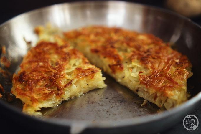 image 2 0 2 2 | Ihr wisst ja, dass wir schon immer echte Frühstückfans sind. Dabei darf es gerne auch einmal britisches oder amerikanisches Frühstück sein. Pancakes, Ham und Baked Beans sind da ein gern gesehener Gast auf unserem Teller. Und manchmal gehört da auch etwas leckeres aus Kartoffel dazu …