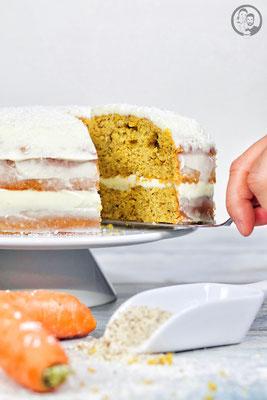 image 2 3 1 | Jeder hat wahrscheinlichso ein paar Rezepte imRepertoire, die man immer und immer wiedermacht. Bei uns ist das unter anderemdieserCarrot Cake!Leckernussig und saftig miteiner feinen Frischkäsecreme ... klingtdas nicht schon einfach lecker?! Für Sascha ist die Zubereitung immer eine kleine Qual, da er dank seinerHaselnussallergie den Teig nicht naschen kann und dasmacht erbeim Backen, wieihr ja wisst, am liebsten :) Ihr könnt euchalso denken, wenn wir solche Strapazen auf uns nehmen bei der Zubereitung, dann muss das Endergebnis einfach grandios sein. Versucht es einfach und wir sind uns sicher, ihr werdet ihn auch lieben.