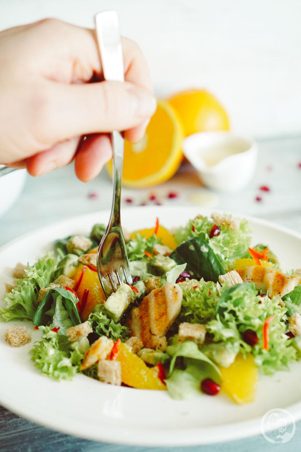 image 4 6 7 4 | Nachdem wir euch letzte Woche dasRezept fürunsere leckeren Kokosecken vorgestellt haben, die wir auch jetzt gerne nochmal auf dem Teller liegen haben würden, stellen wir euch heute wieder ein herzhaftes Rezept vor. Allerdings stimmt das nicht ganz, denn wie der Name schon sagt, ist ein Salat mit Orangendressing nicht wirklich nur herzhaft.