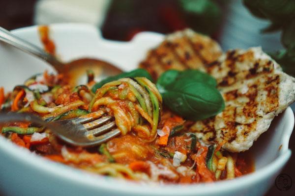image 4 7 3 0 | Mit den Vorsätzen ist es ja immer so eine Sache. Man fasst sie, dann sind sie schnell wieder verworfen und wer braucht schon so etwas fürs neue Jahr?! Wir haben uns jetzt einen Vorsatz gefasst und daher gibt esbei uns in nächster Zeit auch mal wieder etwas leichtere Küche; wie zum Beispiel diese leckeren Zoodles in Tomaten-Ricotta-Sauce mit Hähnchenfleisch.