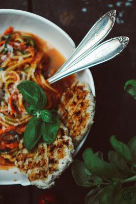 image 4 9 0 | Mit den Vorsätzen ist es ja immer so eine Sache. Man fasst sie, dann sind sie schnell wieder verworfen und wer braucht schon so etwas fürs neue Jahr?! Wir haben uns jetzt einen Vorsatz gefasst und daher gibt esbei uns in nächster Zeit auch mal wieder etwas leichtere Küche; wie zum Beispiel diese leckeren Zoodles in Tomaten-Ricotta-Sauce mit Hähnchenfleisch.
