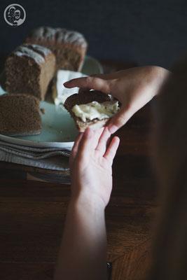 image 5 2 4 3 5 | Jetzt wollen wir euch aber erst einmal unser neues Brotrezept zeigen. Es ist ein zwar nicht originales, aber immerhin ein Mangbrot. Wir haben einfach den Anteil an Weizenmehl weg gelassen und sind ganz beim Roggenmehl geblieben. Mangbrot ist eines der Brote, die bei Torsten zu Hause ganz viele Jahre lang eigentlich immer in der Küche zu finden waren. Sein Stiefvater Rolf, der kein begnadeter Koch ist, sondern eherandere Fähigkeiten hat, verschlang es früher förmlich ..! Ganz frisch vom Bäcker und mit einer dicken Schicht Butter bestrichen. Und um ehrlich zu sein, haben wir das bei unserem eigenen Mangbrot auch ausprobiert und waren begeistert.