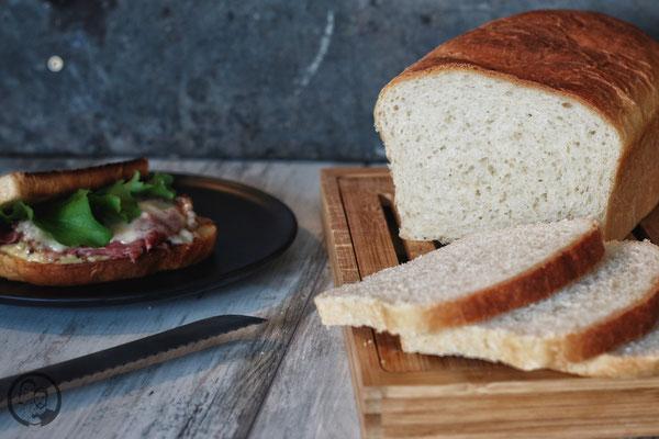 image 5 6 9 0 | Schon seit Längerem hatten wir vor, einmal ein so richtig leckeres Toastbrot zu backen. Ist ja auch kein Hexenwerk ... Aber wir essen halt nur sehr selten Weißbrot. Klar, als Beilage zum Grillen oder zum Fondue oder Raclette. Aber das machen wir ja auch nicht jede Woche ;-).
