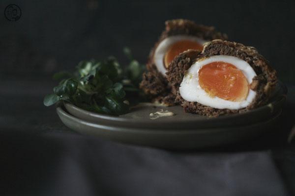 image 5 6 9 3 | Ihr kennt das bestimmt auch, dass ihr Gerichte, die ihr gerne mal zubereiten wollt, immer wieder auf Seite schiebt, weil ihr glaubt, dass sie zu aufwendig oder zu schwierig sind. Und wenn man sich dann doch einmal daran begibt, merkt ihr, dass es doch ganz einfach ist.So ging es uns auch mit Scotch Eggs. Wir haben sie schon seit Ewigkeiten auf unserer ToDo Liste und haben uns nie daran gewagt.
