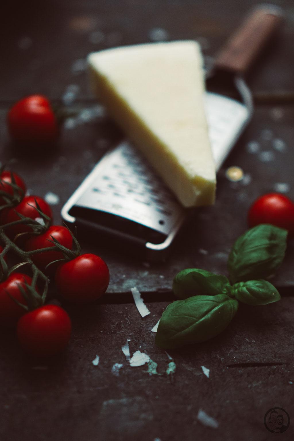image 5 7 2 7 | Mit den Vorsätzen ist es ja immer so eine Sache. Man fasst sie, dann sind sie schnell wieder verworfen und wer braucht schon so etwas fürs neue Jahr?! Wir haben uns jetzt einen Vorsatz gefasst und daher gibt esbei uns in nächster Zeit auch mal wieder etwas leichtere Küche; wie zum Beispiel diese leckeren Zoodles in Tomaten-Ricotta-Sauce mit Hähnchenfleisch.