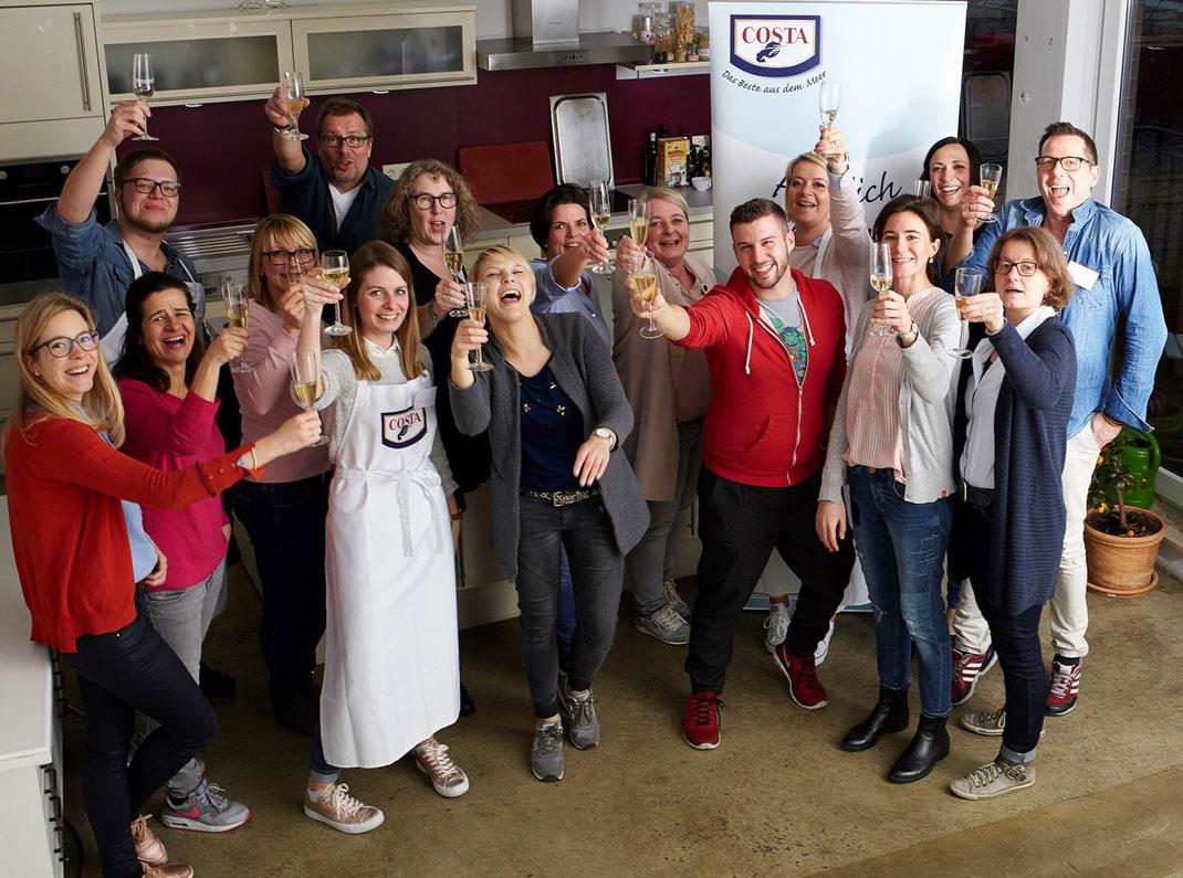 image 6 2 7 8   Vor einigen Wochen waren wir zusammen mit anderen lieben Bloggerkollegen nach Hamburg eingeladen, um an der COSTA Garnelen-Schule teilzunehmen. Wir trafen uns im Fotostudio Diercks, in dem das Event veranstaltet wurde. Wir haben an diesem Tag wirklich viel über nachhaltiges Fischen erfahren, aber besonders toll waren die Infos zum Thema Bewegtbild.