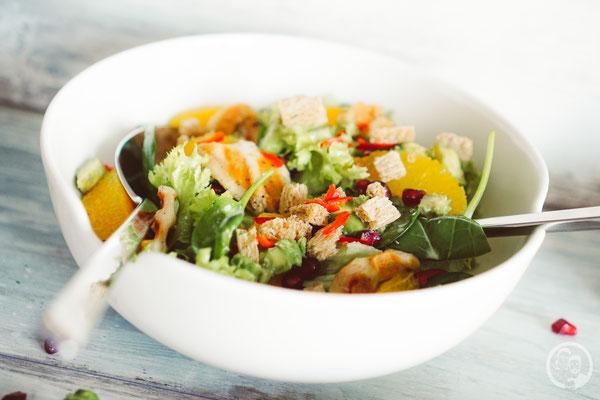 image 7 6 7 8 | Nachdem wir euch letzte Woche dasRezept fürunsere leckeren Kokosecken vorgestellt haben, die wir auch jetzt gerne nochmal auf dem Teller liegen haben würden, stellen wir euch heute wieder ein herzhaftes Rezept vor. Allerdings stimmt das nicht ganz, denn wie der Name schon sagt, ist ein Salat mit Orangendressing nicht wirklich nur herzhaft.