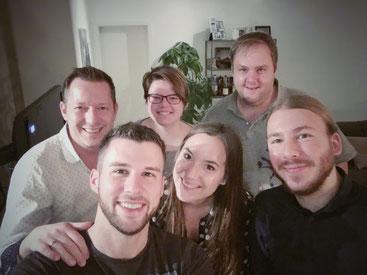image 7 7 3 2 | Wie ihr schon mit bekommen habt, sind wir bereits mitten in der Weihnachtsbäckerei angekommen und bei uns zu Hause duftet es fast jeden Tag so, als dass ihr denken könntet, ihr wäret auf einem Weihnachtsmarkt. Ok … Der Glühweinduft fehlt in unserer Küche bisher noch ?. Das ändern wir bestimmt ganz bald!Aber da wir euch nicht nur leckere süße Schweinereien zeigen wollen, haben wir uns zusammen mit unseren lieben Bloggerfreunden Julia & Tim von Herr & Frau Hue und Theres & Benni von Gernekochen bereits an den Herd gestellt.