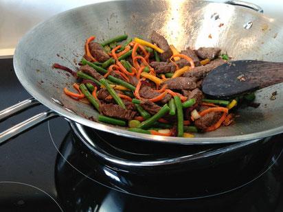 image 8 0 5 0 | Wir lieben es, asiatisch zu kochen und dabei ist ein Wok unumgänglich. Nun haben wir seit einiger Zeit ein Induktionskochfeld und dadurch ist unser alter Wok nicht mehr zu gebrauchen.