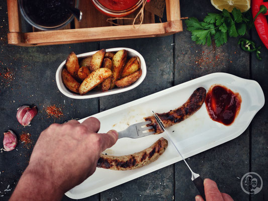 image 8 0 7 | Was darf bei einem BBQ-Dinner auf gar keinen Fall fehlen? Klar ... Grillwürstchen! Aber kaufen wollten wir natürlich keine, denn wir möchten euch ja zeigen, wie leicht es oft ist, solch leckere Sachen, selber herzustellen.
