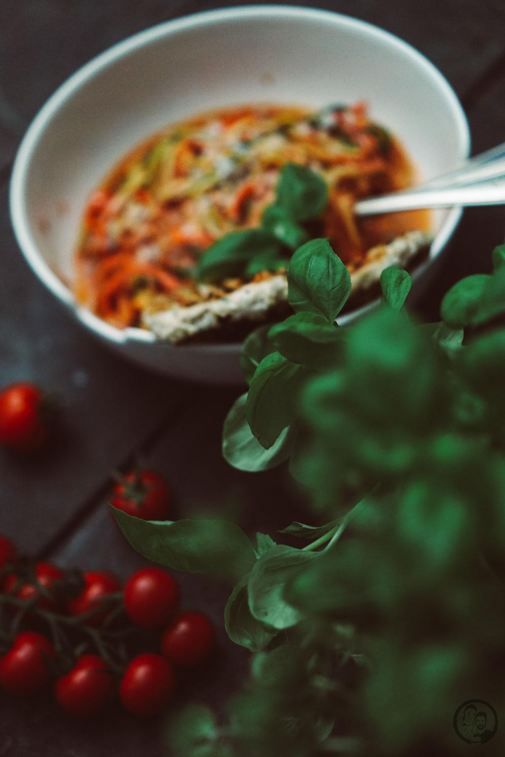 image 8 6 7 | Mit den Vorsätzen ist es ja immer so eine Sache. Man fasst sie, dann sind sie schnell wieder verworfen und wer braucht schon so etwas fürs neue Jahr?! Wir haben uns jetzt einen Vorsatz gefasst und daher gibt esbei uns in nächster Zeit auch mal wieder etwas leichtere Küche; wie zum Beispiel diese leckeren Zoodles in Tomaten-Ricotta-Sauce mit Hähnchenfleisch.