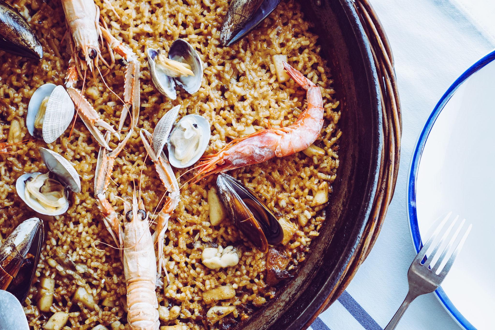 image 8 7 8 6 | Barcelona ist unsere absolute Lieblingsstadt und wir versuchen mindestensalle 2 Jahre dorthin zu reisen. Nicht nur, dass die spanische Großstadt unglaublich vielseitig ist, auch kulinarisch weiß sie voll und ganz zu überzeugen. Denn auch hier zeigt sich die Wandelbarkeit der Stadt, die sowohl einen wunderschönen Strand aber auch ein urbanes, pulsierendes Stadtleben zu bieten hat. Daher wurde es höchste Zeit, dass wir euch unsere Lieblingsrestaurants in Barcelona vorstellen, denn hier gibt es definitiv nicht nur Tapas (auch wenn Tapas grandios sind).