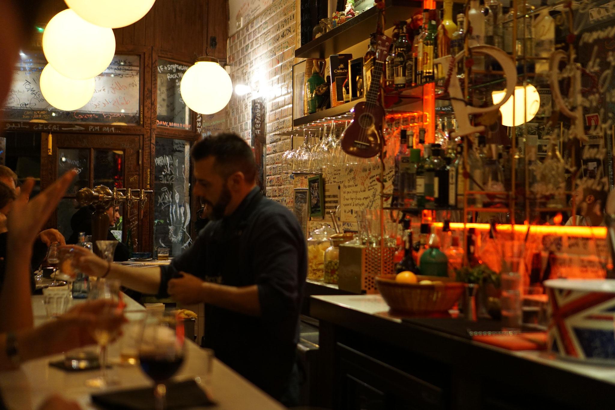 image 8 8 1 8 | Barcelona ist unsere absolute Lieblingsstadt und wir versuchen mindestensalle 2 Jahre dorthin zu reisen. Nicht nur, dass die spanische Großstadt unglaublich vielseitig ist, auch kulinarisch weiß sie voll und ganz zu überzeugen. Denn auch hier zeigt sich die Wandelbarkeit der Stadt, die sowohl einen wunderschönen Strand aber auch ein urbanes, pulsierendes Stadtleben zu bieten hat. Daher wurde es höchste Zeit, dass wir euch unsere Lieblingsrestaurants in Barcelona vorstellen, denn hier gibt es definitiv nicht nur Tapas (auch wenn Tapas grandios sind).