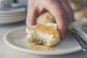mW Frühstücksbrötchen 8 | Weil ich ja der Brot- oder auch Brötchenbäcker von uns beiden bin, habe ich ja schon so einige Rezepte ausprobiert und wir beide waren auch immer sehr begeistert, über den Geschmack, die Konsistenz und natürlich auch über die Geschwindigkeit, in der ich süße oder auch weniger süße Frühstücksbrötchen gebacken habe. Warum die Geschwindigkeit aber auch ein großes Hindernis für wirklich perfekte Frühstücksbrötchen haben kann, das erzähle ich euch gleich.