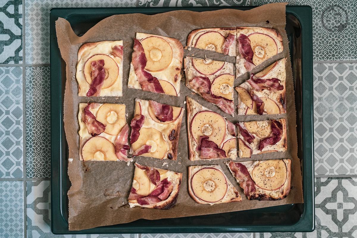 Apfel-Speck Flammkuchen angeschnitten
