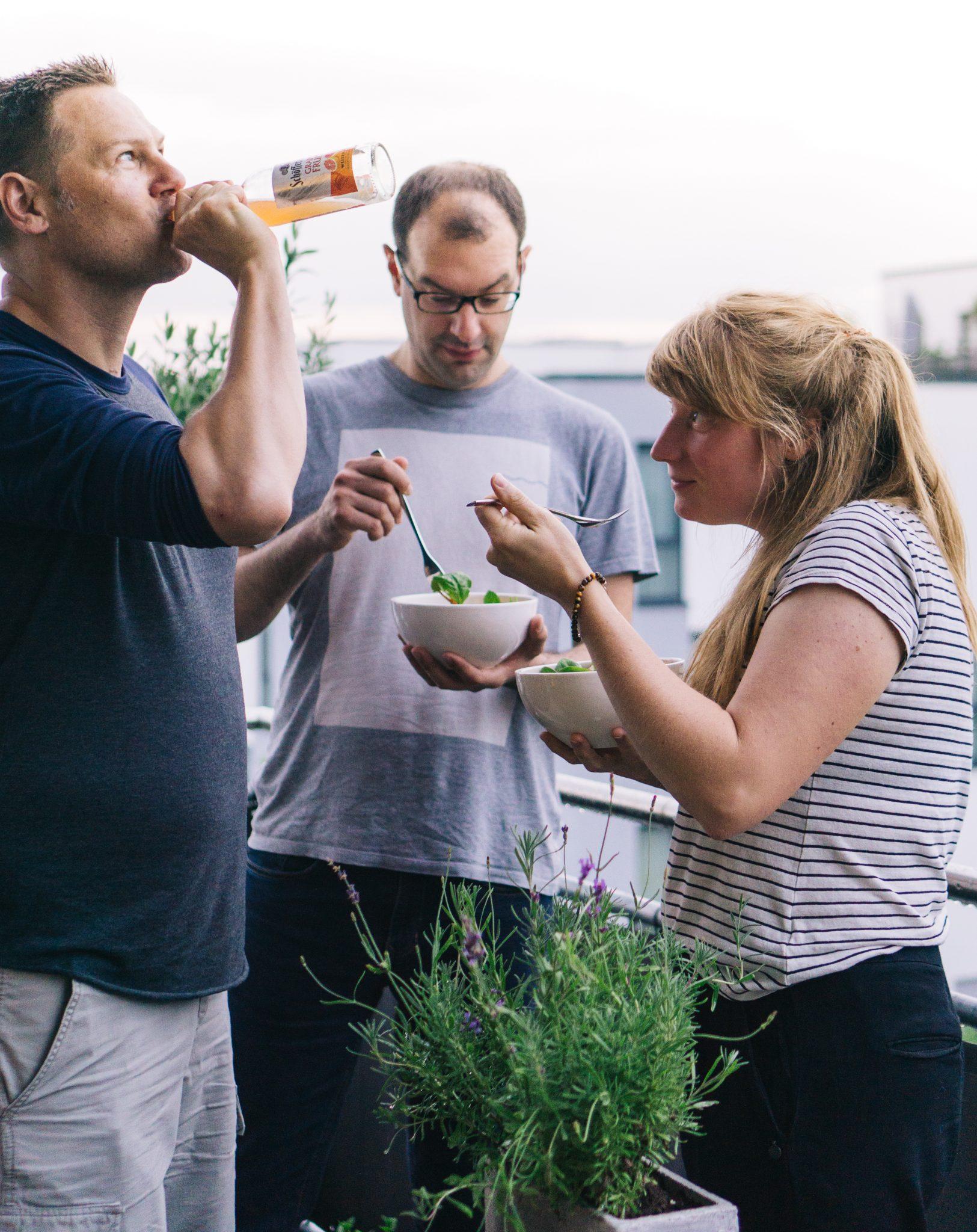 Freunde mit Sundown Bowl und Weizen-Mix
