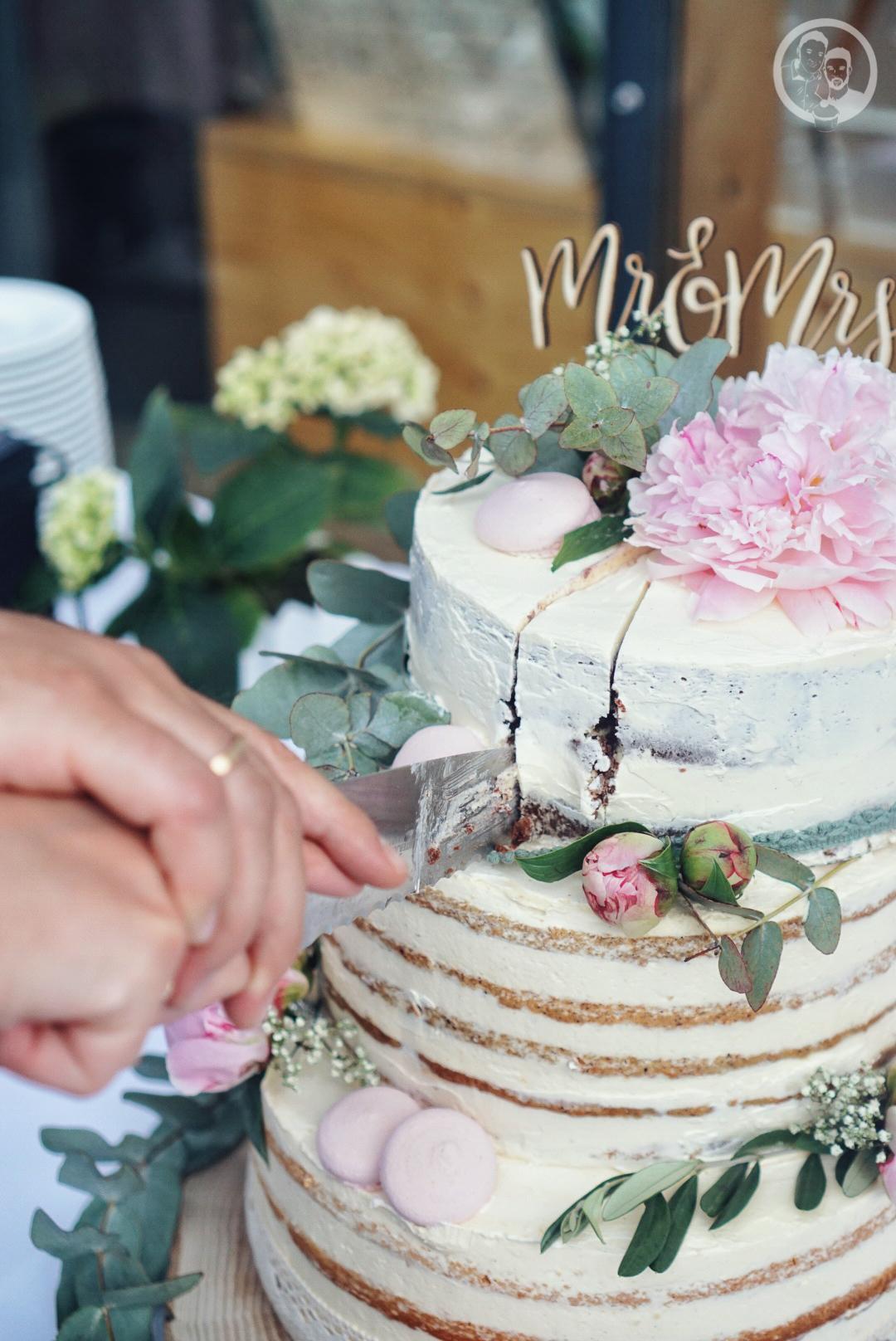 Das Paar schneidet die Torte an