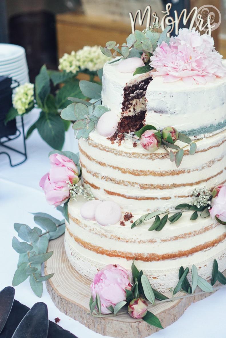 Hochzeitstorte im Anschnitt und Stück