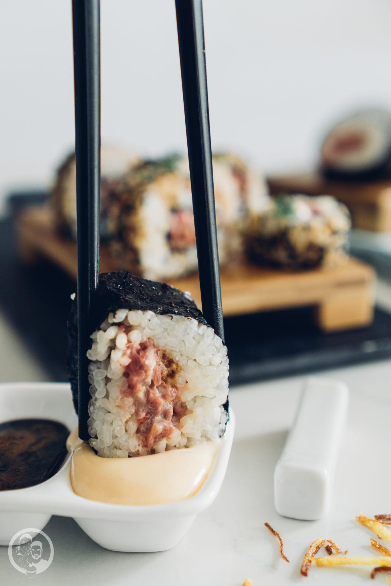 Sushi 1   Heute möchten wir euch von einem Foodie-Tag der Extraklasse durch Marburg berichten, dass ist nämlich schon lange überfällig. Die Vila Vita Marburghat gemeinsam mit Cat von Schlemmerkatze zum Schlemmertag gerufen und da sagen wir definitiv nicht nein zu.Die Vila Vita kennen wir ja schon seit der Landpartie im letzten Jahr und im Märzdurften wir den Genusstempel in seiner ganzen Vielfalt erleben. Zum Abschluss wurde dann auch noch gemeinsam gekocht und unseren Favorit von diesem Abend, stellen wir euch heute vor - Spicy Tartar Roll!
