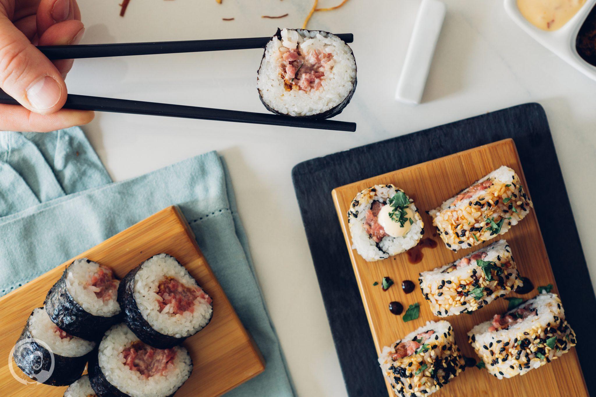 Sushi 2   Heute möchten wir euch von einem Foodie-Tag der Extraklasse durch Marburg berichten, dass ist nämlich schon lange überfällig. Die Vila Vita Marburghat gemeinsam mit Cat von Schlemmerkatze zum Schlemmertag gerufen und da sagen wir definitiv nicht nein zu.Die Vila Vita kennen wir ja schon seit der Landpartie im letzten Jahr und im Märzdurften wir den Genusstempel in seiner ganzen Vielfalt erleben. Zum Abschluss wurde dann auch noch gemeinsam gekocht und unseren Favorit von diesem Abend, stellen wir euch heute vor - Spicy Tartar Roll!