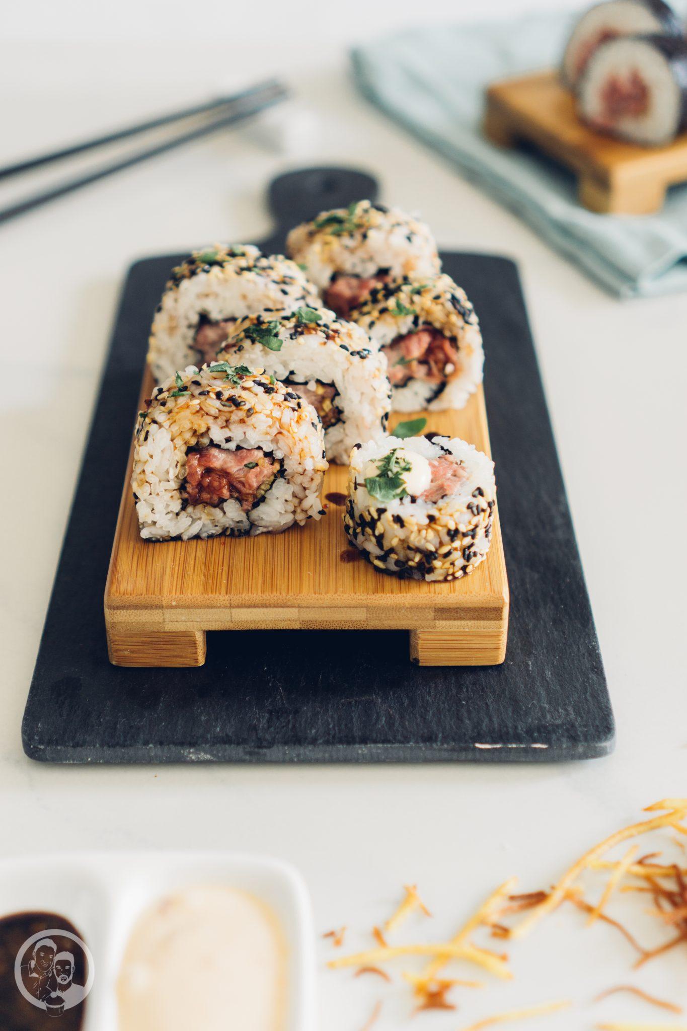 Sushi 5   Heute möchten wir euch von einem Foodie-Tag der Extraklasse durch Marburg berichten, dass ist nämlich schon lange überfällig. Die Vila Vita Marburghat gemeinsam mit Cat von Schlemmerkatze zum Schlemmertag gerufen und da sagen wir definitiv nicht nein zu.Die Vila Vita kennen wir ja schon seit der Landpartie im letzten Jahr und im Märzdurften wir den Genusstempel in seiner ganzen Vielfalt erleben. Zum Abschluss wurde dann auch noch gemeinsam gekocht und unseren Favorit von diesem Abend, stellen wir euch heute vor - Spicy Tartar Roll!