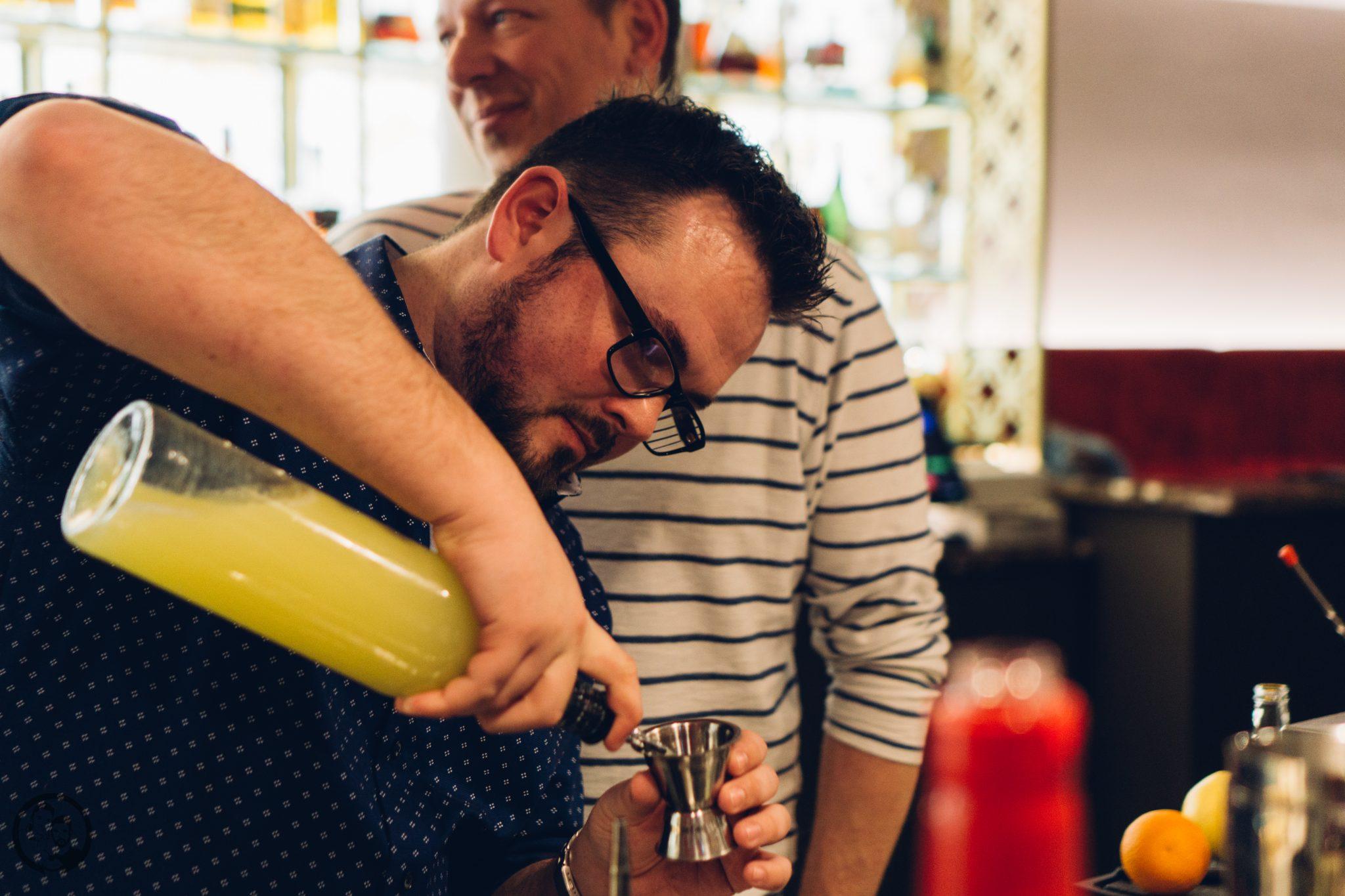 Vila Vita 1   Heute möchten wir euch von einem Foodie-Tag der Extraklasse durch Marburg berichten, dass ist nämlich schon lange überfällig. Die Vila Vita Marburghat gemeinsam mit Cat von Schlemmerkatze zum Schlemmertag gerufen und da sagen wir definitiv nicht nein zu.Die Vila Vita kennen wir ja schon seit der Landpartie im letzten Jahr und im Märzdurften wir den Genusstempel in seiner ganzen Vielfalt erleben. Zum Abschluss wurde dann auch noch gemeinsam gekocht und unseren Favorit von diesem Abend, stellen wir euch heute vor - Spicy Tartar Roll!