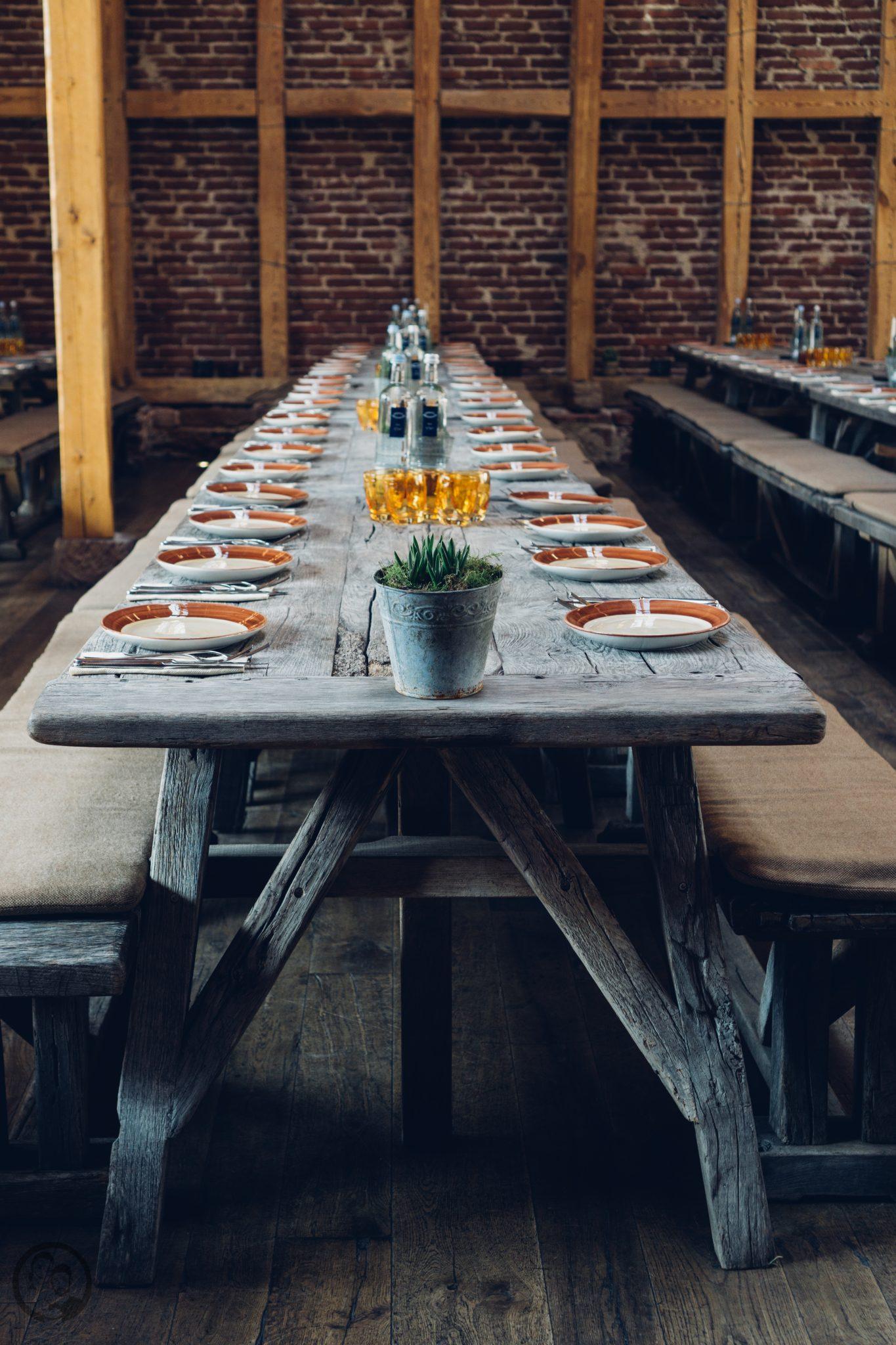 Vila Vita 18   Heute möchten wir euch von einem Foodie-Tag der Extraklasse durch Marburg berichten, dass ist nämlich schon lange überfällig. Die Vila Vita Marburghat gemeinsam mit Cat von Schlemmerkatze zum Schlemmertag gerufen und da sagen wir definitiv nicht nein zu.Die Vila Vita kennen wir ja schon seit der Landpartie im letzten Jahr und im Märzdurften wir den Genusstempel in seiner ganzen Vielfalt erleben. Zum Abschluss wurde dann auch noch gemeinsam gekocht und unseren Favorit von diesem Abend, stellen wir euch heute vor - Spicy Tartar Roll!