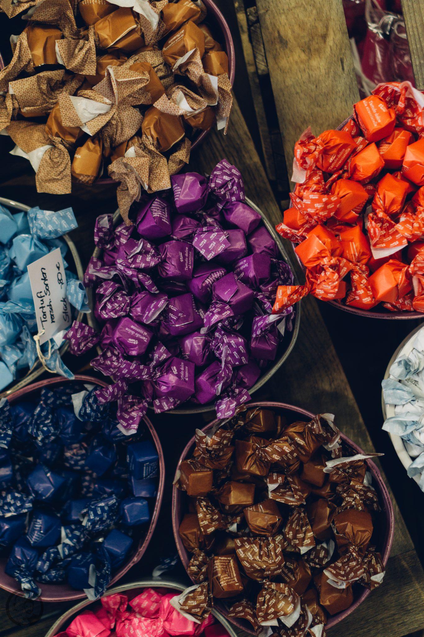 Vila Vita 27   Heute möchten wir euch von einem Foodie-Tag der Extraklasse durch Marburg berichten, dass ist nämlich schon lange überfällig. Die Vila Vita Marburghat gemeinsam mit Cat von Schlemmerkatze zum Schlemmertag gerufen und da sagen wir definitiv nicht nein zu.Die Vila Vita kennen wir ja schon seit der Landpartie im letzten Jahr und im Märzdurften wir den Genusstempel in seiner ganzen Vielfalt erleben. Zum Abschluss wurde dann auch noch gemeinsam gekocht und unseren Favorit von diesem Abend, stellen wir euch heute vor - Spicy Tartar Roll!