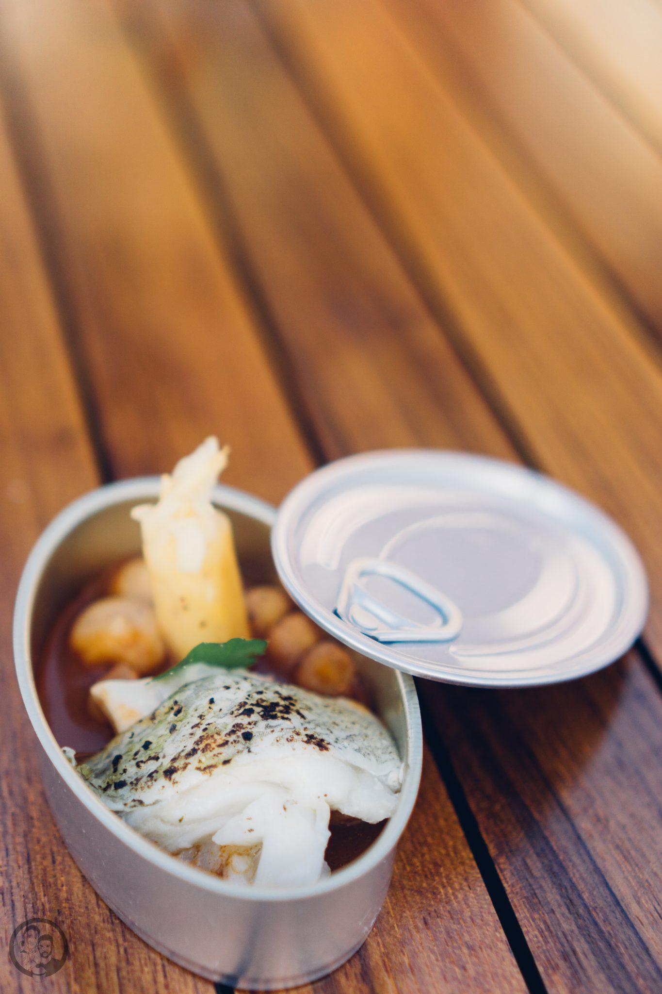 Vila Vita 6   Heute möchten wir euch von einem Foodie-Tag der Extraklasse durch Marburg berichten, dass ist nämlich schon lange überfällig. Die Vila Vita Marburghat gemeinsam mit Cat von Schlemmerkatze zum Schlemmertag gerufen und da sagen wir definitiv nicht nein zu.Die Vila Vita kennen wir ja schon seit der Landpartie im letzten Jahr und im Märzdurften wir den Genusstempel in seiner ganzen Vielfalt erleben. Zum Abschluss wurde dann auch noch gemeinsam gekocht und unseren Favorit von diesem Abend, stellen wir euch heute vor - Spicy Tartar Roll!