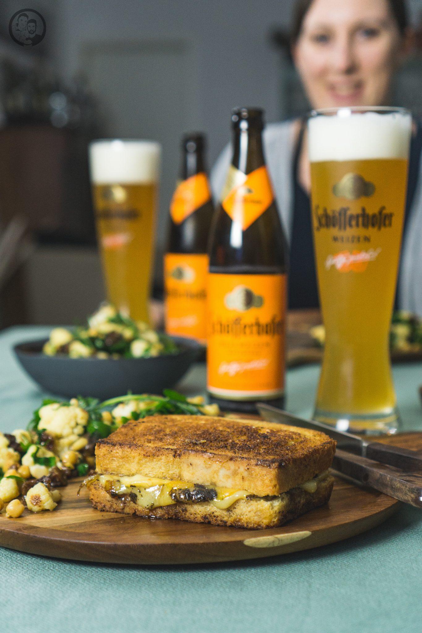 mW Grilled Cheese 6 | Heute haben wir das perfekte Feierabendrezept für euch im Gepäck. Gemeinsam mit Schöfferhofer feiern wir die Abendstunden des Tages, wenn die Sonne dabei ist, unterzugehen und der Himmel in mandaringetränkt ist. Das Wetter spielt momentan noch etwas verrückt, aber das hält uns nicht ab, euch das perfekte Sunset Dinner zu präsentieren. Wer kann schon einem Grilled Cheese Sandwich am Abend widerstehen... gepaart mit feinstem Trüffel entsteht so ein urbaner und delikater Genuss.