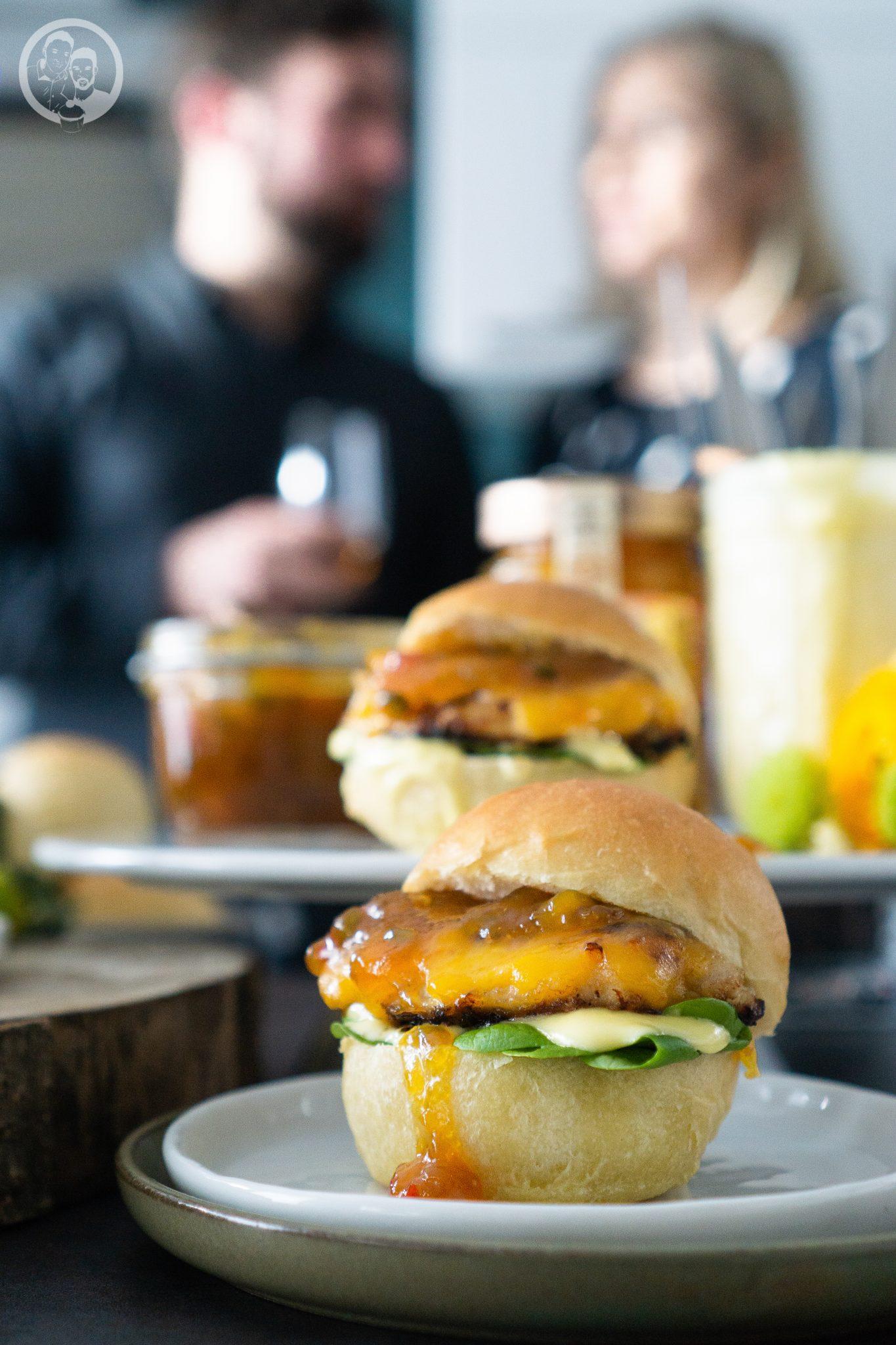 Chicken Burger mit Menschen im Hintergrund