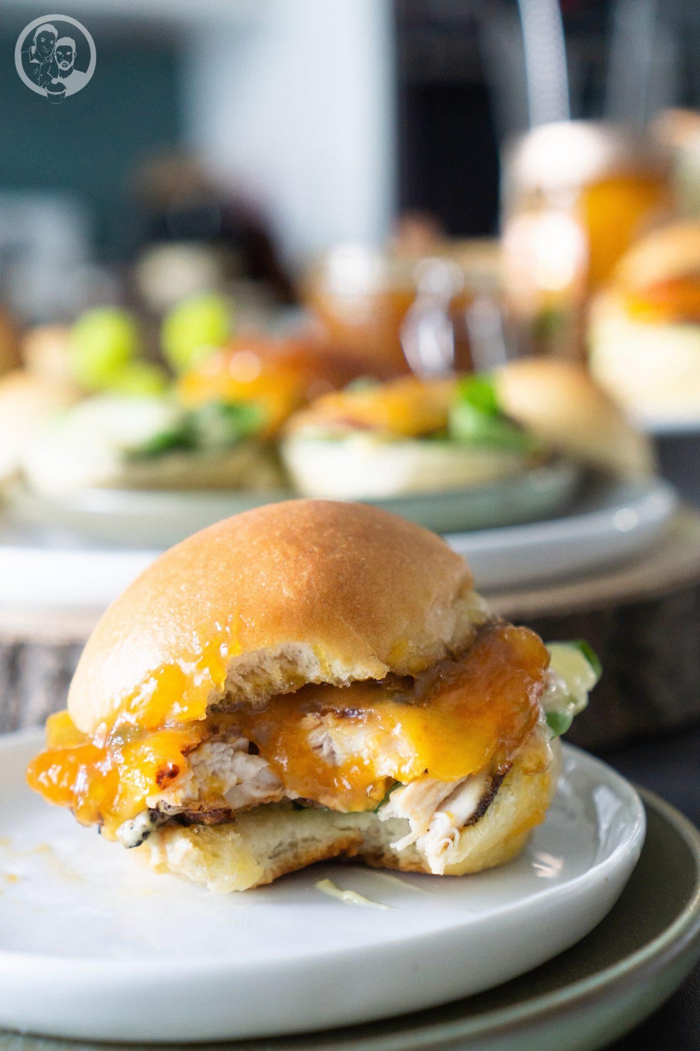 Chicken Burger angebissen