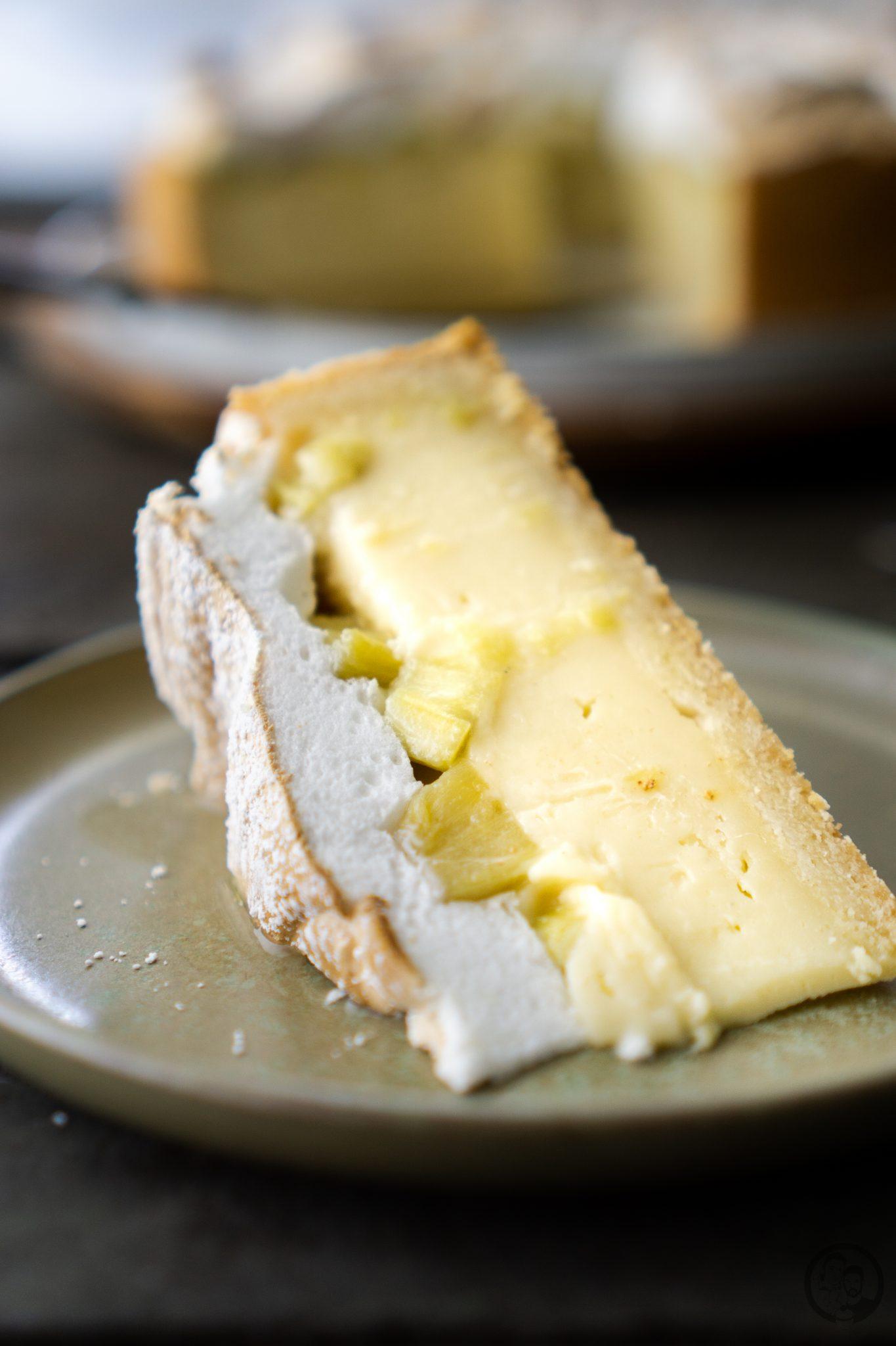 Ein Stück Rhabarber-Baiser Kuchen