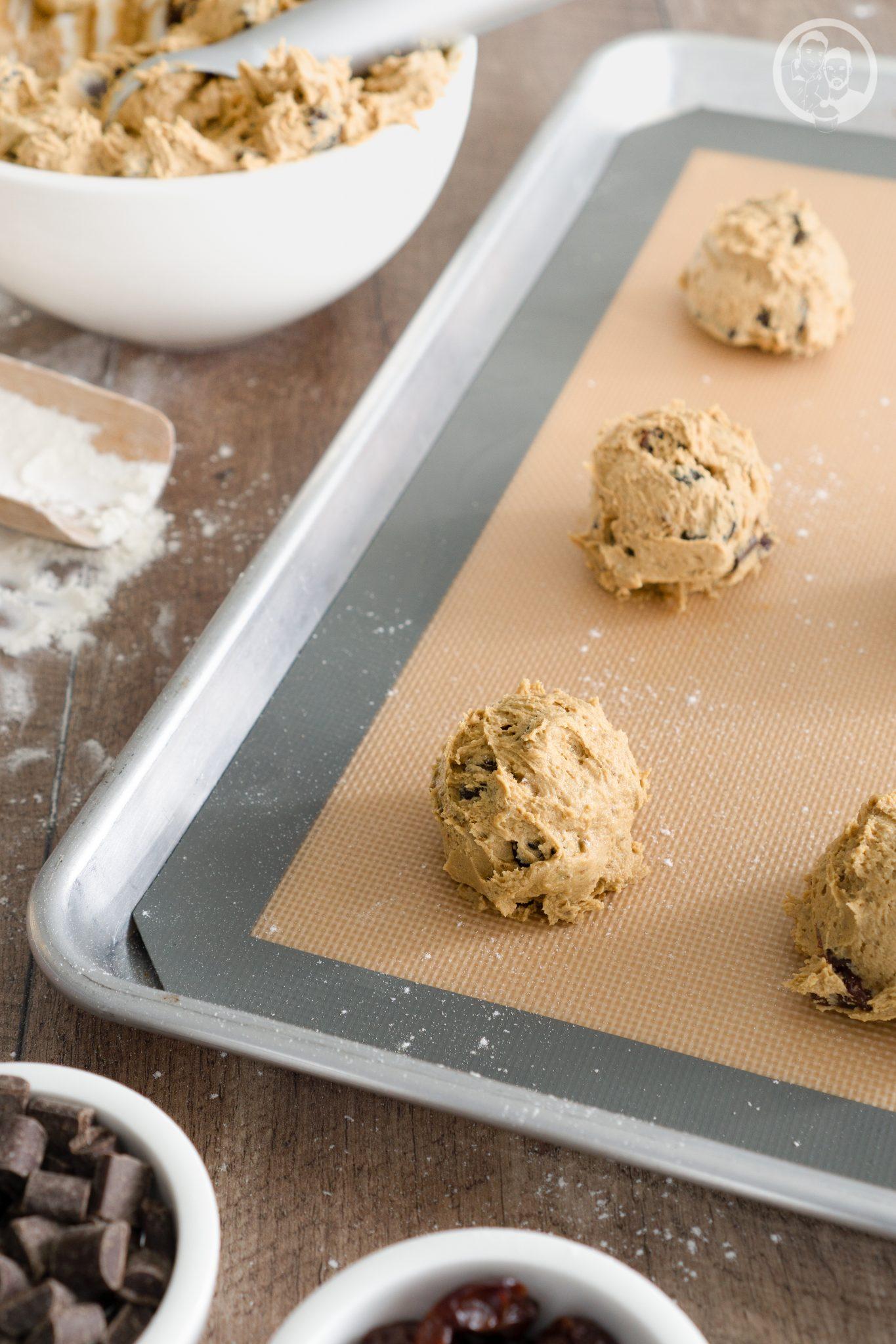 mW Schoko Kirsch Cookies 1 | Es gibt so Tage, die schreien einfach nach Cookies! So erging es mir am Montag und da kann man sich ja helfen.