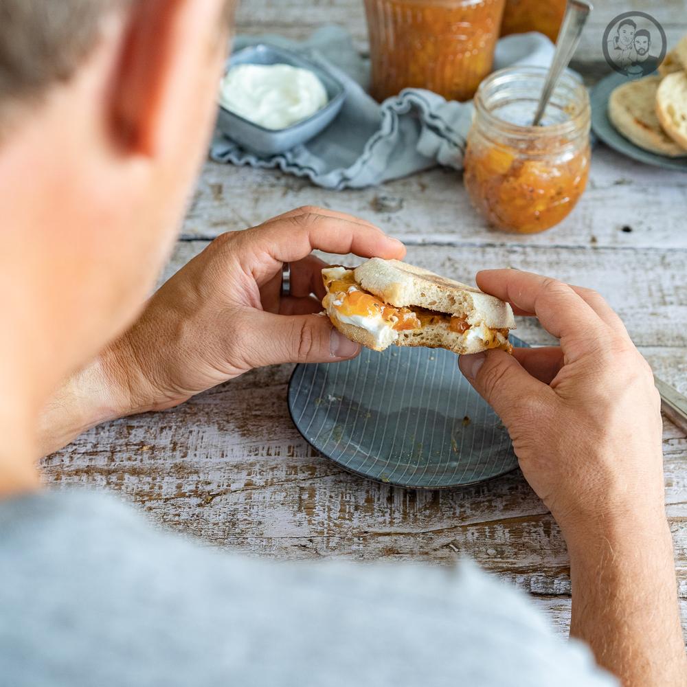 stachelbeermarmelade 7 | Unsere Stachelbeertarte ist ja noch gar nicht so lange her und wir hoffen, dass ihr euch noch daran erinnern könnt. Wie wir schon erzählt haben, hatte meine Muddi die Sträucher voll hängen. So voll, dass wir die paar Beeren, die wir für die Tarte verwendet haben, fast gar nicht aufgefallen sind. Aber was kann man noch leckeres aus Stachelbeeren machen? Klar! Da wir uns ja eine lange Zeit mit dem Kochen für Aufstrichen für unser Marmeladenkochbuch beschäftigt haben, sollte es eine Stachelbeerkonfitüre werden.